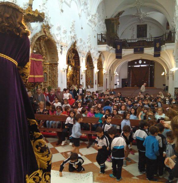Niños y mayores asisten al besapié de Ntro. Padre Jesús Nazareno
